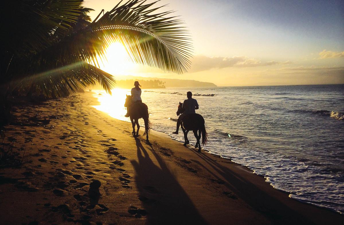 Jazdenie na koni popri pláži so zlatistým pieskom